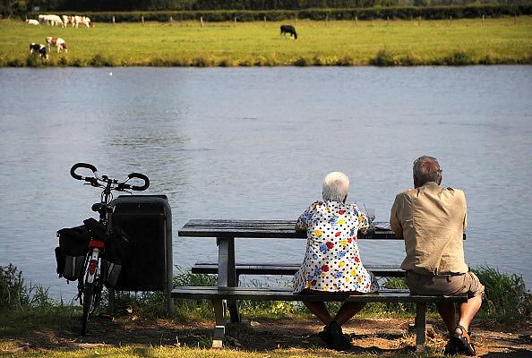 Nederland, Cuijk, 9-9-2009Ouder echtpaar rust uit op een bankje aan de Maas. Fietstocht.Foto: Flip Franssen/Hollandse Hoogte