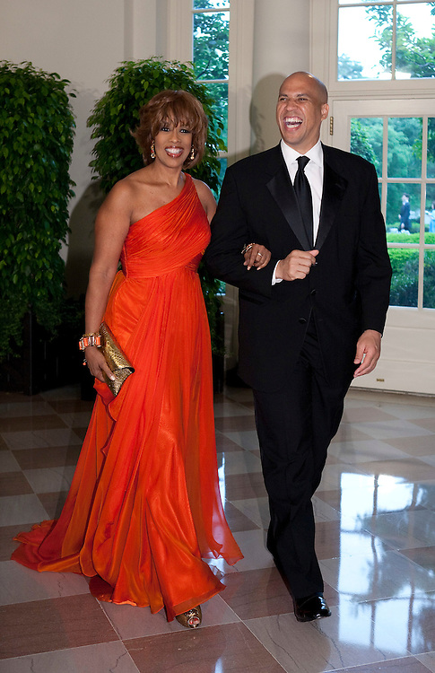 Mayor Newark, NJ, Cory Booker and Gayle King arrive for the State Dinner hosted by US President Barack Obama and first lady Michelle Obama for the President of Mexico Felipe Calderon and his wife Margarita Zavala at the White House in Washington on May 19, 2010.       REUTERS/Joshua Roberts    (UNITED STATES)
