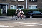 In Utrecht rijden een man en een vrouw op racefietsen.<br /> <br /> In Utrecht a man and woman are riding on road bikes.