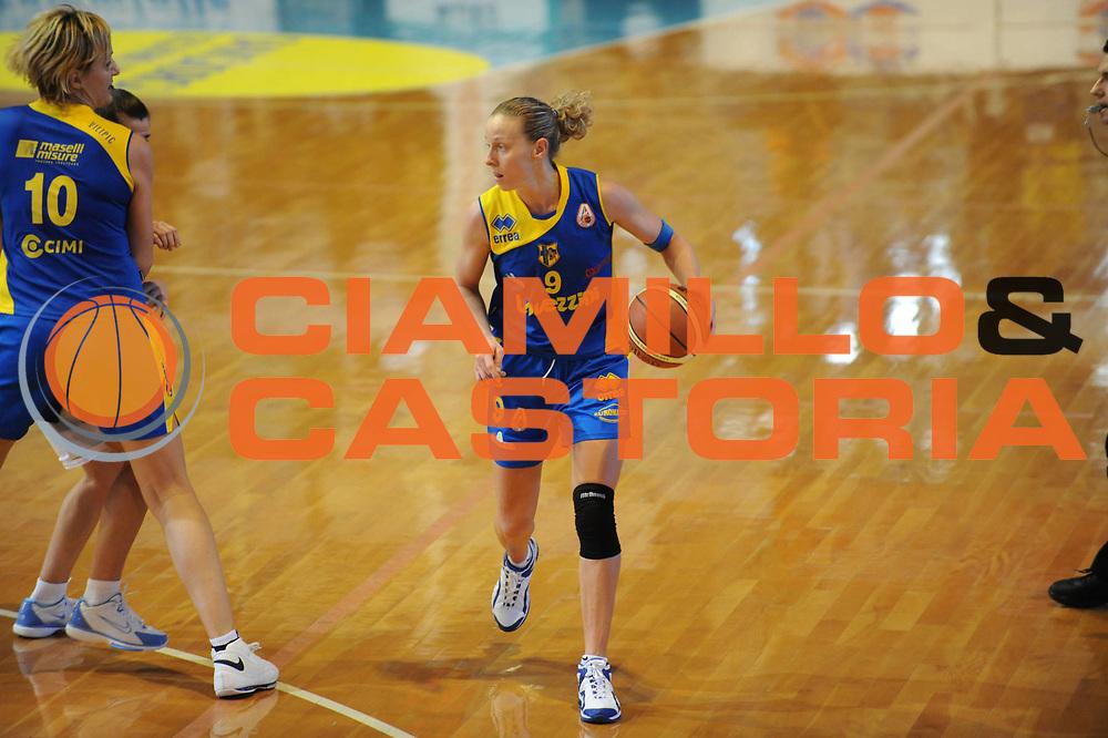 DESCRIZIONE : Faenza Lega A1 Femminile 2008-09 Coppa Italia Semifinale Cras Basket Taranto Lavezzini Parma <br /> GIOCATORE : Francesca Zara<br /> SQUADRA : Lavezzini Parma<br /> EVENTO : Campionato Lega A1 Femminile 2008-2009 <br /> GARA : Cras Basket Taranto Lavezzini Parma<br /> DATA : 07/03/2009 <br /> CATEGORIA : palleggio<br /> SPORT : Pallacanestro <br /> AUTORE : Agenzia Ciamillo-Castoria/M.Marchi
