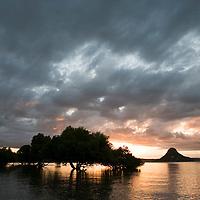 Coucher de soleil sur le Pain de sucre dans la Baie de Diego Suarez, Antsiranana, Madagascar