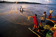 Tarde de pesca durante la fiesta de la Sapoara en las orillas del rio Orinoco, Ciudad Bolívar, Venezuela. 1998 (Ramon Lepage / orinoquiaphoto)   evening of fishing in the Orinoco river during the feast of the Sapoara fish in Ciudad Bolívar, Venezuela. 1998 (Ramon Lepage / orinoquiaphoto).