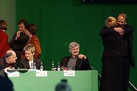 19 OCT 2002, BERLIN/GERMANY:<br /> Katrin Goering-Eckardt, B90/Gruene Fraktionsvorsitzende, Rezzo Schlauch, B90/Gruene, desig. Parl. Staatssekretaer im BM Wirtschaft, Hans Langguth, B90/Gruene Pressesprecher, Krista Sager, B90/Gruene Fraktionsvorsitzende, Renate Kuenast, B90/Gruene, Bundesverbraucherschutzministerin, Joschka Fischer, B90/Gruene, Bundesaussenminister, Claudia Roth, MdB, B90/Gruene, Bundesvorsitzende, und Juergen Trittin, B90/Gruene, Bundesumweltminister, (v.L.n.R.), nach der Abstimmung ueber die Abschaffung der Unvereinbarkeit von Parteiamt und Abgeordnetenmandat, 20. Bundesdelegiertenkonferenz Buendnis 90 / Die Gruenen, Stadthalle Bremen<br /> IMAGE: 20021019-01-058<br /> KEYWORDS: Parteitag, Bundesparteitag, party conference, BDK, Gespräch, Jürgen Trittin, party congress
