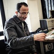Un sourire nostalgique apparaît sur le visage de Mohamed, pendant qu'il regarde la photo de son frère Bilal