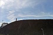 Nederland, Nijmegen, 5-8-2015Elektriciteitscentrale van Electrabel, onderdeel van GDF SUEZ Energie Nederland. Het is een kolengestookte centrale, en wordt begin 2016 gesloten vanwege ouderdom en stroomoverschot. Er wordt ook biomassa en houtsnippers verstookt. Op het terrein zal een zonnepanelenpark gebouwd worden.Power plant will shut down early 2016 because of electricity surplus and co2 emissionsFoto: Flip Franssen/Hollandse Hoogte