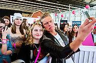 Nederland, Amsterdam, 15 feb 2014<br /> Huishoudbeurs in de Rai. <br /> Jaarlijkse beurs voor huisvrouwen die uit zijn op een gezellige dag en veel koopjes.<br /> Hier: het nieuwe Beauty, Fashion & Friends Event BFF, speciaal voor meisjes tussen de 13 en 25 jaar. <br /> GTST ster Ferry ging er met zijn jonge fans op de foto<br /> Foto(c): Michiel Wijnbergh