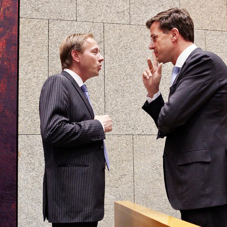 Nederland. Den Haag, 19 mei 2011.<br /> Premier Mark Rutte (R) en SGP fractievoorzitter Kees van der Staaij in de Tweede Kamer tijdens het verantwoordingsdebat, minderheidskabinet, gedoogsteun, sgp, staatkundig gereformeerde partij, meerderheid in de eerste kamer, De VVD heeft haar handtekening weggehaald onder een wetsvoorstel om godslastering niet meer strafbaar te stellen. Het voorstel was twee jaar geleden in de Tweede Kamer ingediend door de VVD, D66 en SP.<br /> D66 is kwaad over de handelwijze van de VVD. De partij is ervan overtuigd dat de VVD steun voor het wetsvoorstel intrekt om de SGP te paaien, in ruil voor steun aan de coalitie in de Eerste Kamer. De kleine christelijke partij wil dat godslastering strafbaar blijft.<br /> VVDCDA en gedoogpartnerPVV halen bij de Eerste Kamerverkiezingen, die 23 mei worden gehouden, misschien geen meerderheid. Steun van de SGP maakt een meerderheid van 38 zetels weer mogelijk.<br /> Foto : Martijn Beekman/ de Volkskrant &copy;2011