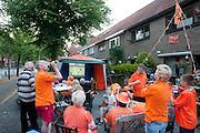 Bij een tent aan de Royaards van den Hamkade in de Utrechtse volkswijk Ondiep, de wijk waar Wesley Sneijder vandaan komt, kijkt een grote groep oranjesupporters, waaronder de voormalig lerares van Wesley Sneijder (tweede van rechts) Bianca Lodder, naar de wedstrijd.<br /> <br /> Supporters are watching the finals of the World Championship Soccer 2010 on the street in the Utrecht district Ondiep. Amongst them is Bianca Lodder (2nd right), former teacher of the Dutch player Wesley Sneijder.