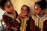 """Pakistan - """"Shiddis """", esclaves de l'empire des Indes - C'est à Mango Pir, mausolée d'un saint soufi du XIII éme siècle, situé à l'extérieur de Karachi que cette communauté noire, tiraillée entre ses racines africaines animistes et son identité musulmane pakistanaise, se retrouve et s'épanouit. Ils campent autour du mausolée dans des abris de fortune - Pendant quatre jours, des milliers de Shiddis venus de tout le sud du Pakistan, festoient, dansent, chantent, prient ensemble - Groupe de fillette Shiddi // Pakistan, Shiddi, the black of Pakistan with African origine"""