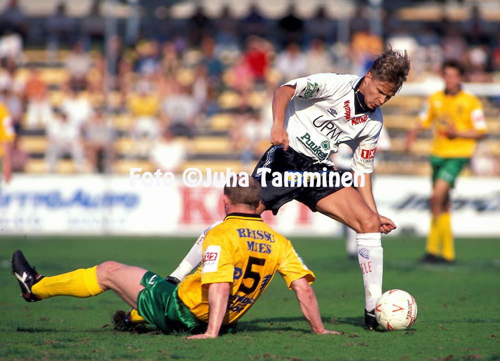 28.05.1995, Tampere.Veikkausliiga, Ilves v FC Haka.Kai Nyyss?nen (Haka) v Mark Joseph (Ilves).©JUHA TAMMINEN