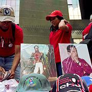Venta de imagenes de Simon Bolivar y el Presidente Chavez en una marcha oficialista en el centro de Caracas - Venezuela.Photography by Aaron Sosa.Venezuela 2006.(Copyright © Aaron Sosa)