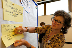 """Sitzung des """"Bürgerdialogs Standortsuche"""" der """"Kommission Lagerung hoch radioaktiver  Abfallstoffe"""" in Berlin. Eingeladen war auch eine Gruppe Schüler/-innen aus Lüchow. Von den 200 Teilnehmer/-innen waren - neben den 30 Schüler/-innen - noch rund 100 offizielle Teilnehmer/-innen, so dass nur etwa 70 Bürger/-innen aus freien Stücken teilnahmen. <br /> <br /> Ort: Berlin<br /> Copyright: Andreas Conradt<br /> Quelle: PubliXviewinG"""