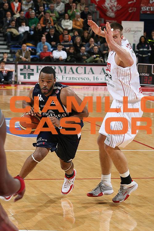 DESCRIZIONE : Pesaro Lega A1 2007-08 Scavolini Spar Pesaro Angelico Biella<br /> GIOCATORE : BJ Elder<br /> SQUADRA : Angelico Biella<br /> EVENTO : Campionato Lega A1 2007-2008 <br /> GARA : Scavolini Spar Pesaro Angelico Biella<br /> DATA : 03/02/2008<br /> CATEGORIA : Penetrazione<br /> SPORT : Pallacanestro <br /> AUTORE : Agenzia Ciamillo-Castoria/M.Marchi<br /> Galleria : Lega Basket A1 2007-2008<br /> Fotonotizia : Pesaro Campionato Italiano Lega A1 2007-2008 Scavolini Spar Pesaro Angelico Biella<br /> Predefinita :