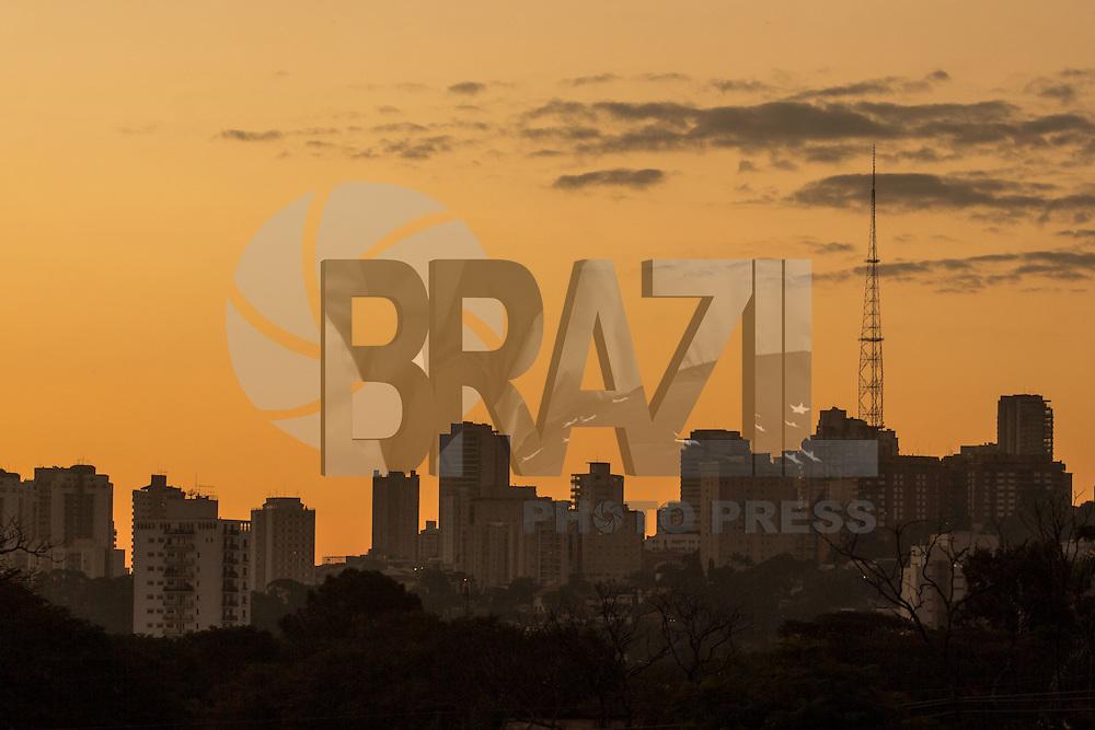 SÃO PAULO, SP, 05.06.2015 - CLIMA-SP - Entardecer visto da praça do pôr-do-sol, como é conhecida a Praça Coronel Custódio Fernandes Pinheiro no bairro de Pinheiros, zona oeste de São Paulo na tarde desta sexta-feira, 5. (Foto: Renato Mendes/Brazil Photo Press)