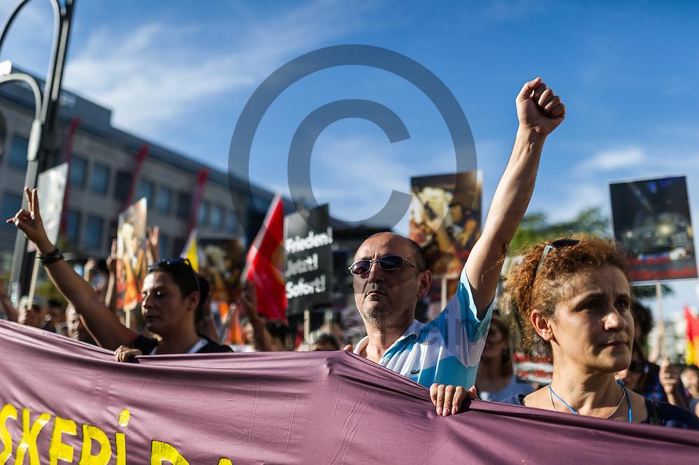 Ein Demonstrant streckt w&auml;hrend der Demonstration gegen den Milit&auml;rputsch und die AKP Regierung am 22.07.2016 in Berlin, Deutschland die Faust in die Luft. Mehrere Hundert Menschen gingen auf die Stra&szlig;e um gegen die AKP-Regierung und die aktuelle Situation in der T&uuml;rkei zu demonstrieren. Foto: Markus Heine / heineimaging<br /> <br /> ------------------------------<br /> <br /> Ver&ouml;ffentlichung nur mit Fotografennennung, sowie gegen Honorar und Belegexemplar.<br /> <br /> Bankverbindung:<br /> IBAN: DE65660908000004437497<br /> BIC CODE: GENODE61BBB<br /> Badische Beamten Bank Karlsruhe<br /> <br /> USt-IdNr: DE291853306<br /> <br /> Please note:<br /> All rights reserved! Don't publish without copyright!<br /> <br /> Stand: 07.2016<br /> <br /> ------------------------------