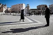 Matera (MT) 14.01.2011 - Piazza Vittorio Veneto. Nella Foto: La gente di Matera passeggia nella piazza principale.