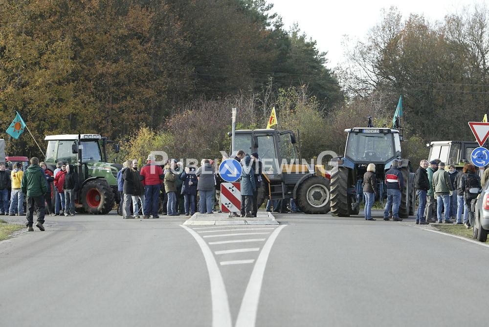 Ein probates Mittel, um Nachschubwege der Polizei zu st&ouml;ren: Treckerblockaden sind eine Dom&auml;ne der B&auml;euerlichen Notgemeinschaft, um im Wendland gegen die Castortransporte zu protestieren. <br /> <br /> Ort: Streetz<br /> Copyright: Andreas Conradt<br /> Quelle: PubliXviewinG