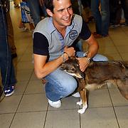 NLD/Amsterdam/20050702 - Bridget Maasland terug uit Bukarest met zwerfhonden die afgemaakt zouden worden, vriend Pepijn