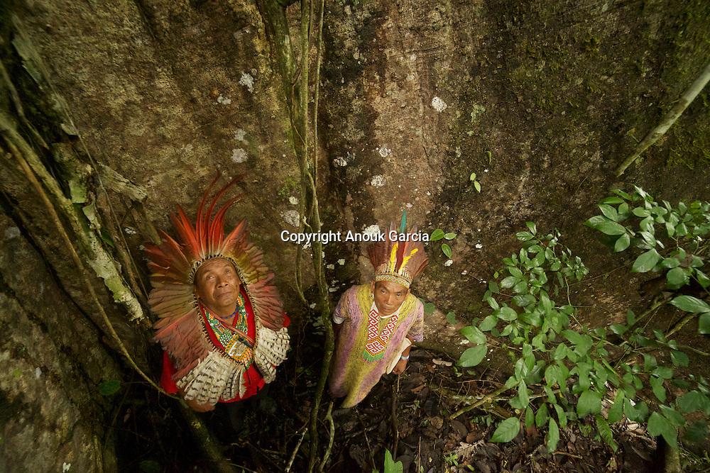 Sabindo Huni Kuin et Dua Buse Huni Kuin dans la foret. | Sabindo Huni Kuin and Dua Buse Huni Kuin in the forest.