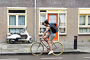 In Utrecht rijdt een man op een fixie met een fietsframe om zijn schouder.<br /> <br /> In Utrecht a man is cycling on a fixed gear bicycle with a frame on his shoulder.