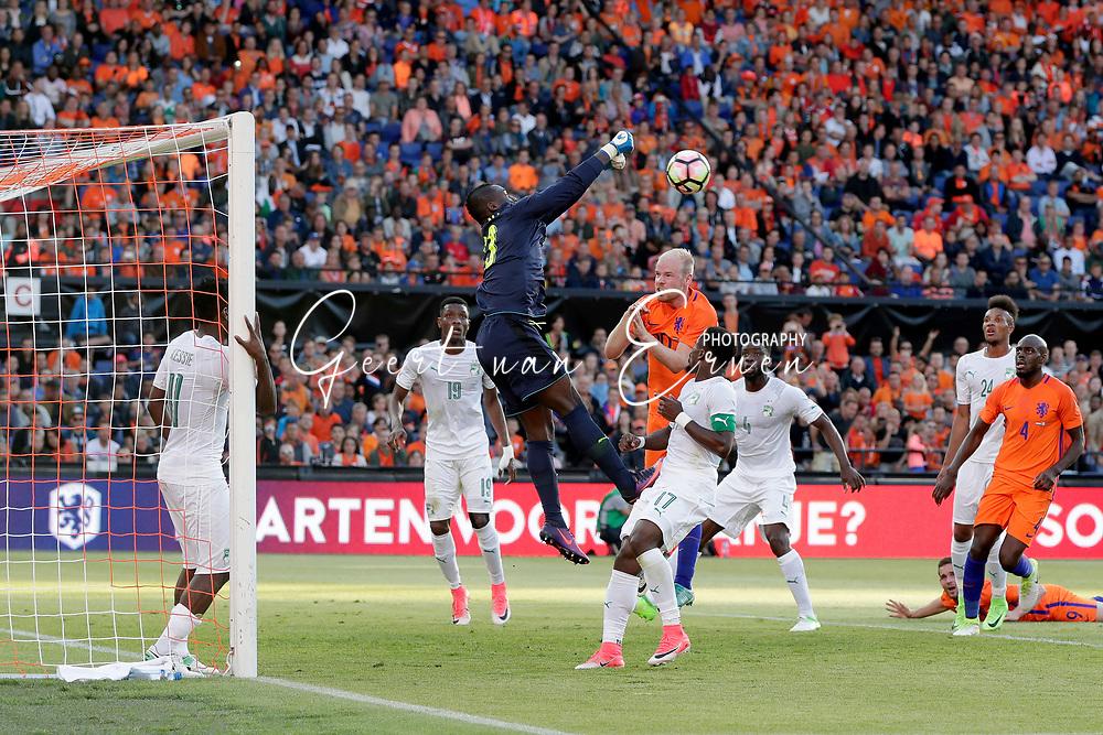 04-06-2017 VOETBAL:NEDERLAND-IVOORKUST:ROTTERDAM<br /> Oranje oefende tegen Ivoorkust vanavond in De Kuip<br /> <br /> Badra Sangare doelman van Ivoorkust stompt de bal weg voordat Davy Klaassen van Oranje (Ajax) er bij kan komen<br /> <br /> Foto: Geert van Erven