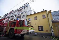 17.01.2018, Idlhofgasse, Graz, AUT, Ein Toter bei Brand in einem Abbruchhaus in Graz, im Bild die Feuerwehr bei Nachlöscharbeiten. Bei dem Brand kam ein 40jähriger Mann ums Leben, ein 21jähriger Mann wurde verletzt ins Krankenhaus gebracht // Fire fighters at work after a fire at a house in Graz, Austria on 2018/01/17. One 40 year old man died, a 21 year old men was rescued. EXPA Pictures © 2017, PhotoCredit: EXPA/ Erwin Scheriau