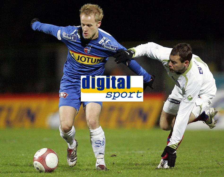 Fotball<br /> Tippeligaen 2006<br /> 29.10.2006<br /> Sandefjord v V&aring;lerenga / VIF Fotball 0-2<br /> Foto: Morten Olsen, Digitalsport<br /> <br /> Thomas Holm - VIF<br /> Tommy Knarvik - Sandefjord