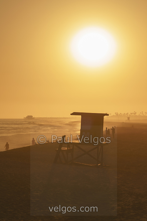 Lifeguard Tower M sunset picture in Newport Beach, CA. Newport Beach is a popular coastal beach city in Orange County Southern California i n the Western United States of America. Photo is Copyright ⓒ 2017 Paul Velgos with All Rights Reserved.