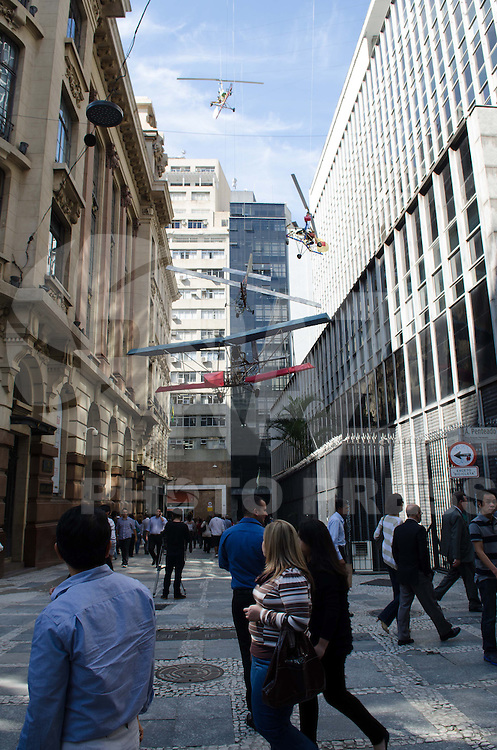 SAO PAULO, 15   DE ABRIL DE 2013 - AVIOES CENTRO SAO PAULO - Exposição chamada Da Vincis do Povo, do artista chinês Cai Guo-Qiang é vista em frente o prédio do Centro Cultural Banco do Brasil, na região central da capital, na tarde desta segunda feira, 15. A exposição traz invenções ambiciosas criadas por camponeses chineses. (FOTO: ALEXANDRE MOREIRA / BRAZIL PHOTO PRESS)