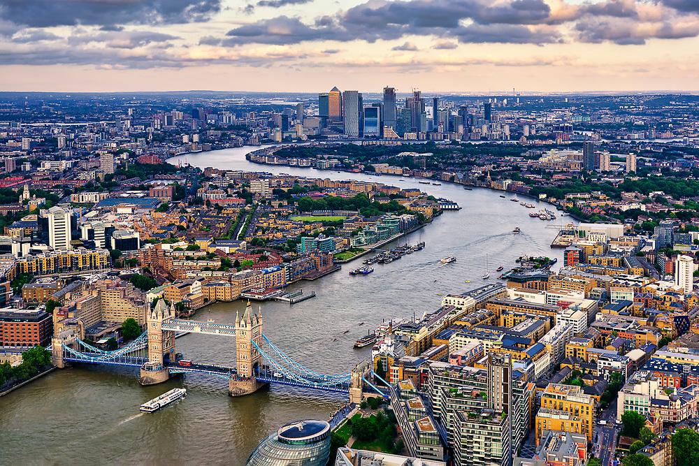 Skyline Blick über die Themse mit Tower Bridge, Canary Wharf, die Docklands und Greenwich.