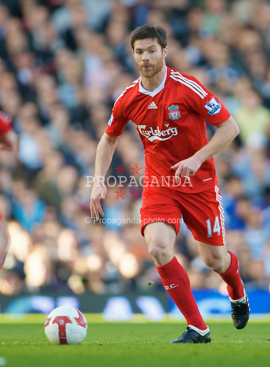 LONDON, ENGLAND - Saturday, April 4, 2009: Liverpool's Xabi Alonso in action against Fulham during the Premiership match at Craven Cottage. (Pic by David Rawcliffe/Propaganda)