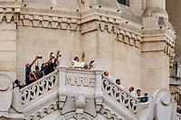 Vendredi 8 septembre 2017,  cérémonie du Renouvellement du Vœu des échevins de 1643, en la basilique Notre-Dame de Fourviere,au cours de la messe présidée par le Cardinal Philippe Barbarin, Archeveque de Lyon et Primat des Gaules.<br />Dans la première moitie du 17e siècle, la peste sévit à Lyon. <br />En 1643, les échevins, responsables de la Ville, promettent de faire un pèlerinage à Fourviere chaque année, d'y entendre la messe et d'offrir un ECU d'or et un cierge. Peu après le mal recule et leur vœu est exaucé.<br />Depuis cette date, chaque 8 septembre, le maire de Lyon et les élus montent à Fourviere perpétuel cet engagement et l'archevêque, depuis le balcon de la Basilique, bénit la ville avec le Saint Sacrement. <br />Trois coups de canon annoncent cette bénédiction.