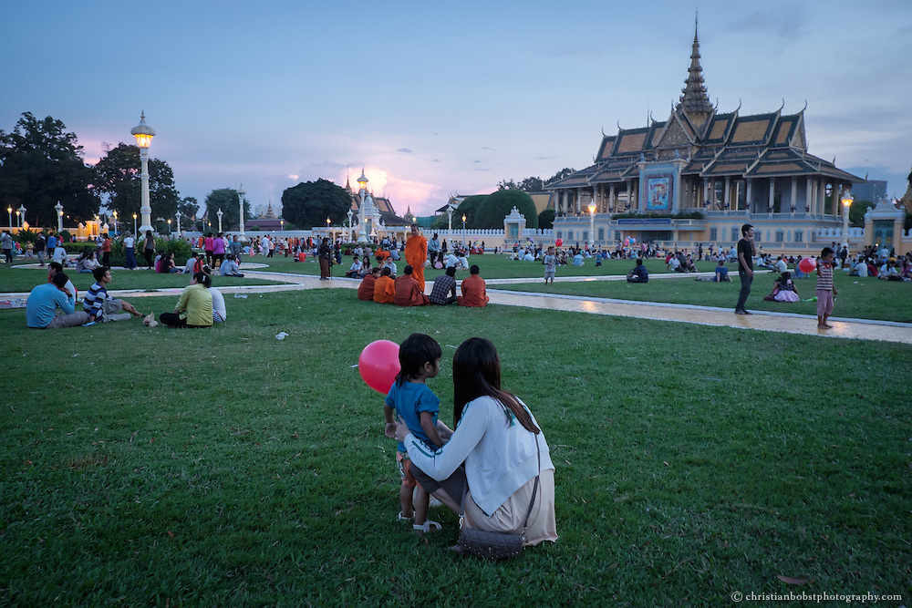 Some residents of Phnom Penh enjoy the work free Sunday evening in the park of the royal palace.