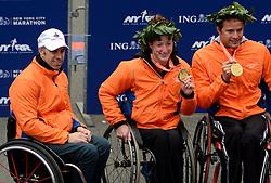 03-11-2013 ATLETIEK: NY MARATHON: NEW YORK <br /> De NY marathon werd bij de vrouwen wheelchair voor de derde maal op rij gewonnen door de Amerikaanse Tatyana McFadden in 1.59.13. Rechts Marcel Hug SUI winnaar bij de mannen<br /> ©2013-FotoHoogendoorn.nl