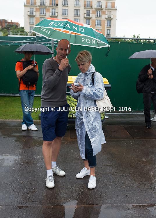 French Open 2016 Feature, Zuschauer auf der Anlage  im Regen,<br /> <br /> Tennis - French Open 2016 - Grand Slam ITF / ATP / WTA -  Roland Garros - Paris -  - France  - 28 May 2016.