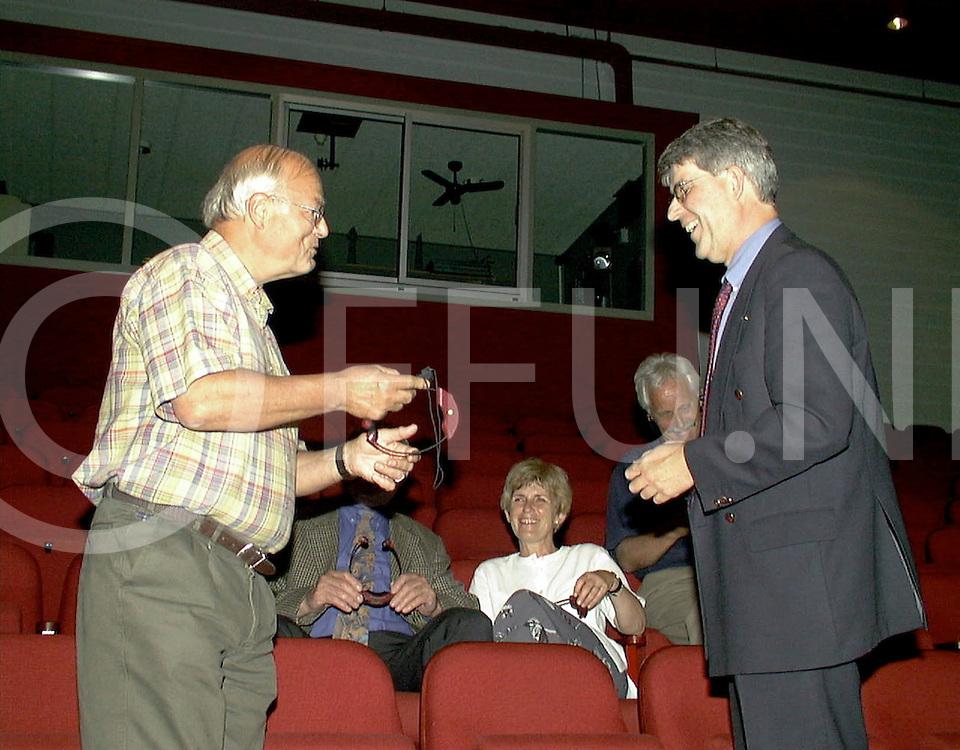 Fotografie Uijlenbroek©1999/Frank Uijlenbroek.990601 hardenberg ned.gehoor oorhulpmiddelen voor de culturele raad overhandigd door rabobankdirecteur(R) aan de raad