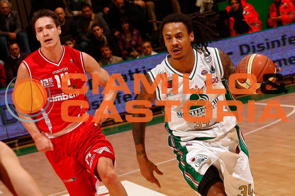 DESCRIZIONE : Siena Lega A 2010-11 Montepaschi Siena Cimberio Varese<br /> GIOCATORE : David Moss<br /> SQUADRA : Montepaschi Siena <br /> EVENTO : Campionato Lega A 2010-2011<br /> GARA : Montepaschi Siena Cimberio Varese<br /> DATA : 06/02/2011<br /> CATEGORIA : palleggio<br /> SPORT : Pallacanestro<br /> AUTORE : Agenzia Ciamillo-Castoria/P. Lazzeroni<br /> Galleria : Lega Basket A 2010-2011<br /> Fotonotizia : Siena Lega A 2010-11 Montepaschi Siena Cimberio Varese<br /> Predefinita :