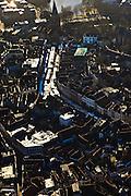 Nederland, Gelderland, Zutphen, 01-20-2011; Oude binnenstad op donderdagse marktdag, marktkramen, markt op de Zaad-, Hout-, en Groenmarkt..Marketday in the old center of the Hansa city of Zutphen..luchtfoto (toeslag), aerial photo (additional fee required).copyright foto/photo Siebe Swart