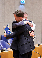 Den Haag, 13 februari 2018 - Minister Halbe Zijlstra van Buitenlandse Zaken (VVD) legt een verklaring af dat hij aftreed als Minister. Premier Mark Rutte zit naast hem in Vak K van de Tweede Kamer. Foto: Phil Nijhuis