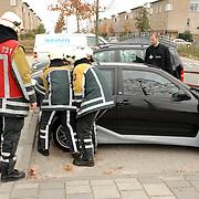 NLD/Huizen/20061106 - Hoofdgasleiding kapot gestoten bouwterrein de Hoftuinen Aristoteleslaan Huizen, auto op afsluiter gas word verplaatst door de brandweer
