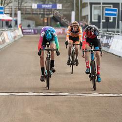 11-01-2020: Wielrennen: NK Veldrijden: Rucphen<br />Fotofinish wijst Yannick Runhart (Apeldoorn) als winnaar aan ten koste van Bart de Veer..