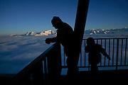 Silhouetten und sonnige Berggipfel der Freiburger Voralpen, Gipfelstation der Luftseilbahn Moléson. Silhouettes de skieurs et vu sur les préalpes fribourgeoises ensoleillés, sommet du télécabine du Moléson, 2002 m.