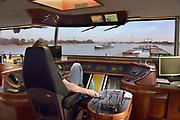 Nederland, Nijmegen, Waal, 21-10-2018Reportage aan boord van de Henri R  mbt de problemen voor de binnenvaart vanwege het lage water in de Waal en Rijn. Schipper in de stuurhut .Foto: Flip Franssen