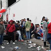 TOLUCA, Mexico.- Mucha gente espera  afuera de las taquillas del Estadio Nemesio Diez, en la zona de sol con la esperanza de que les puedan vender un boleto para el partido de la final entre Toluca y Tijuana. Agencia MVT. José Hernández.   (DIGITAL)