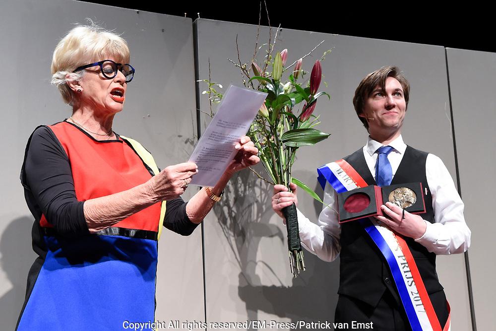 Uitreiking Mary Dresselhuys Prijs in de Toneelschuur Haarlem. De Mary Dresselhuys Prijs is in 1992 in het leven geroepen door Joop van den Ende, die met de prijs de carri&egrave;re van actrice Mary Dresselhuys blijvend wilde eren. De prijs wordt eenmaal per twee jaar uitgereikt aan een acteur, actrice of gezelschap met een uitzonderlijk talent. <br /> <br /> Op de foto:  Steef de Jong neemt de Mary Dresselhuys Prijs 2018 in ontvangst van Petra Laseur de dochter van Mary Dresselhuys