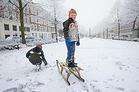 Nederland Rotterdam 21 december 2007 ..Kinderen spelen in de sneeuw op het Noordereiland. Jongetje op slee..Foto David Rozing