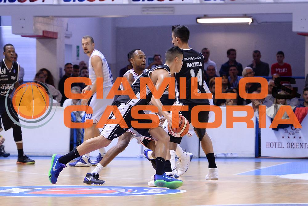 DESCRIZIONE : Brindisi  Lega A 2015-16<br /> Enel Brindisi Obiettivo Lavoro Virtus Bologna<br /> GIOCATORE : Simone Fontecchio<br /> CATEGORIA : Palleggio Blocco Controcampo<br /> SQUADRA : Obiettivo Lavoro Virtus Bologna<br /> EVENTO : Campionato Lega A 2015-2016<br /> GARA :Enel Brindisi Obiettivo Lavoro Virtus Bologna<br /> DATA : 11/10/2015<br /> SPORT : Pallacanestro<br /> AUTORE : Agenzia Ciamillo-Castoria/M.Longo<br /> Galleria : Lega Basket A 2014-2015<br /> Fotonotizia : Brindisi  Lega A 2015-16 Enel Brindisi Obiettivo Lavoro Virtus Bologna<br /> Predefinita :