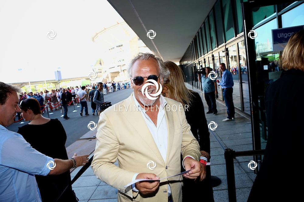 AMSTERDAM - Niet eerder trad de 71-jarige theaterdiva Barbra Streisand op in Nederland. Ze doet Nederland aan in het kader van haar tournee Barbra Streisand Live. Velen bekende Nederlanders kwamen natuurlijk hier een kijkje nemen. Met op deze foto Frank Wisse. FOTO LEVIN DEN BOER - PERSFOTO.NU
