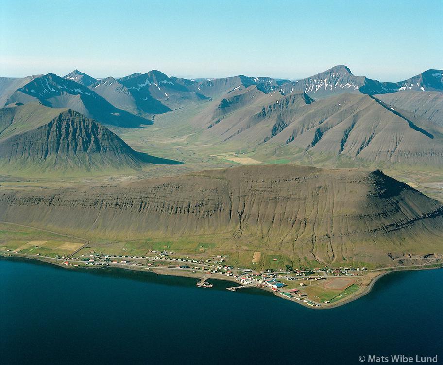 """Þingeyri, horft til suðurs """"Vestfirski Alparnir í baksýni"""". Loftmynd 1987 /.Thingeyri, """"The Alps of the Western Firods"""" inm background..Aeriakl viewing south from 1987."""