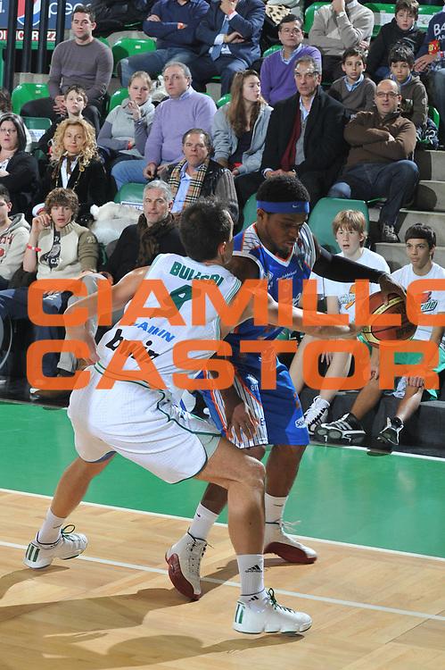 DESCRIZIONE : Treviso Lega A 2010-11 Benetton Treviso Enel Brindisi<br /> GIOCATORE : Bobby Dixon<br /> SQUADRA : Enel Brindisi<br /> EVENTO : Campionato Lega A 2010-2011 <br /> GARA : Benetton Treviso Enel Brindisi<br /> DATA : 06/01/2011<br /> CATEGORIA : Palleggio<br /> SPORT : Pallacanestro <br /> AUTORE : Agenzia Ciamillo-Castoria/M.Gregolin<br /> Galleria : Lega Basket A 2010-2011 <br /> Fotonotizia : Treviso Lega A 2010-11 Benetton Treviso Enel Brindisi<br /> Predefinita :